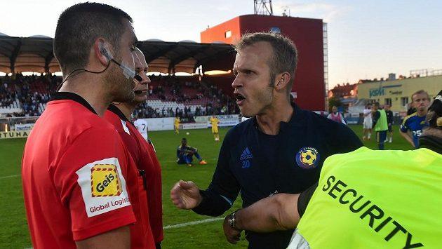 Kapitán Jihlavy Lukáš Vaculík si ostře vysvětluje po zápase s hlavním rozhodčím Martinem Nenadálem jeho výkon.