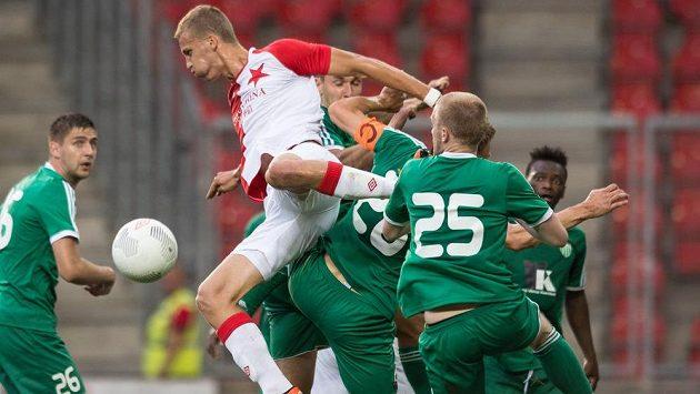 Slávista Tomáš Souček a hráči Levadie Tallinn v přesile.