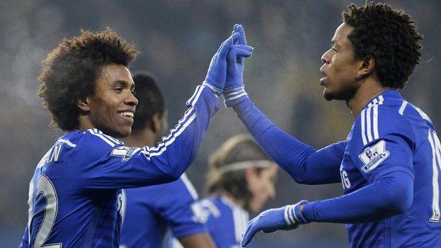 Fotbalisté Chelsea Loïc Rémy (vpravo) a Willian se radují z vítězství v 3. kole FA Cupu nad Watfordem.