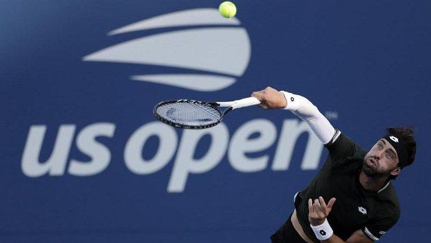 Pořadatelé tenisového US Open se nevzdávají naděje, že newyorský grandslam uspořádají s diváky na tribunách. Podle ředitele americké tenisové asociace Mikea Dowseho se o osudu turnaje rozhodne v červnu. Na snímku servíruje Nikoloz Basilašvili