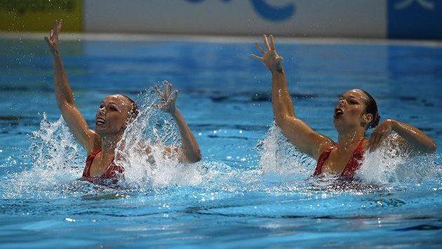 České akvabely Soňa Bernardová (vlevo) a Alžběta Dufková v kvalifikaci na MS v Barceloně.