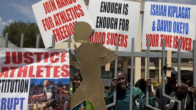 Nespokojení atleti protestují u sídla keňského svazu v Nairobi.