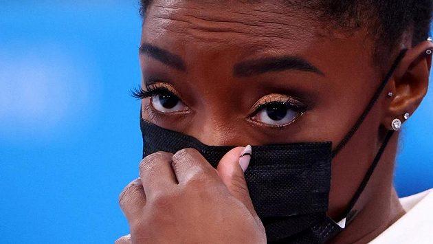 Čekaly se od ní medailové hody, ale americká gymnastická hvězda Simone Bilesová všechny překvapila.