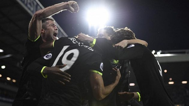 Radost fotbalistů Chelsea po brance Batshuaye.