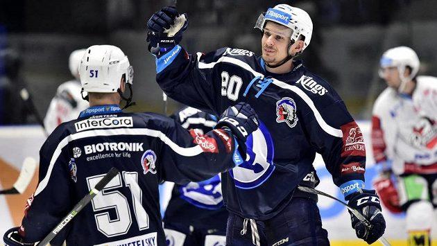 Plzeňští hráči (zleva) Lukáš Pulpán a Roman Vráblík se radují z branky na ledě Pardubic.