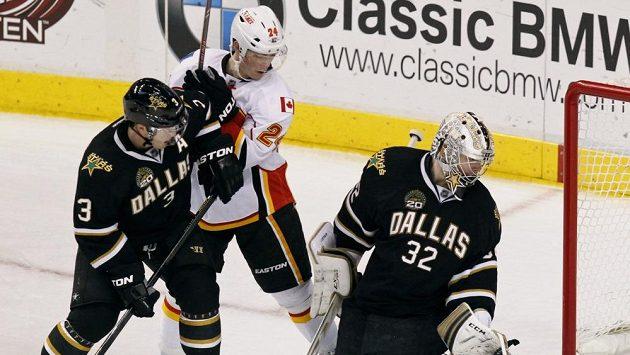 Jiří Hudler z Calgary bráněný Stephanem Robidasem (vlevo) se snaží atakovat brankáře Dallasu Kariho Lehtonena.