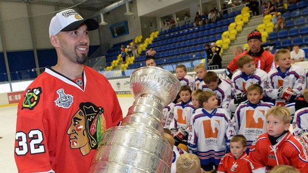 Obránce Michal Rozsíval se Stanleyovým pohárem ve Vlašimi.