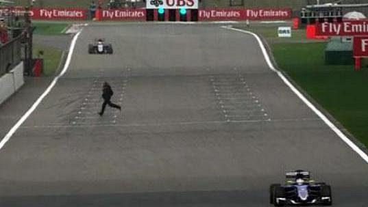 Pozoruhodný okamžik při tréninku před GP Číny: divák na trati mezi vozy, třísetkilometrovou rychlostí se blíží Nico Hülkenberg.