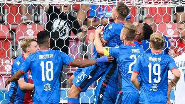 Fotbalisté Viktorie Plzeň oslavují gól na 2:0 během utkání 2. předkola Evropské konferenční ligy.