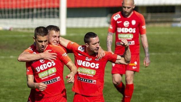 Hráči Brna se radují z druhého gólu.