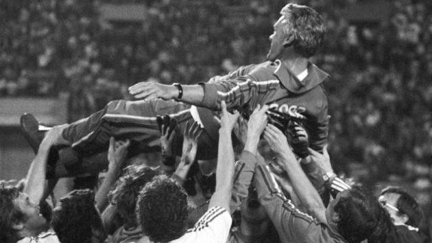 Trenér František Havránek nad hlavami svých svěřenců po vítězném olympijském finále.