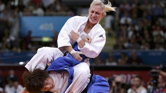 Souboj maďarské judistky Evy Csernoviczké s Japonkou Tomoko Fukumiovou o bronzovou medaili