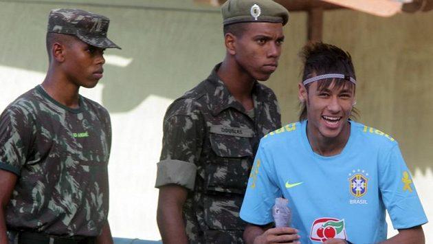 Brazilská fotbalová hvězda Neymar přichází v Londýně na trénink za dozoru britských vojáků