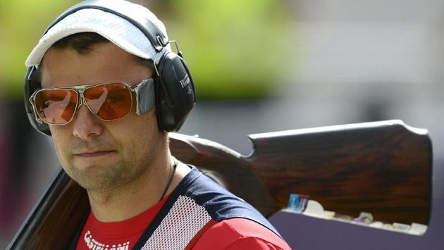 David Kostelecký odchází z olympijské střelnice, zlato z Pekingu v trapu neobhájil.