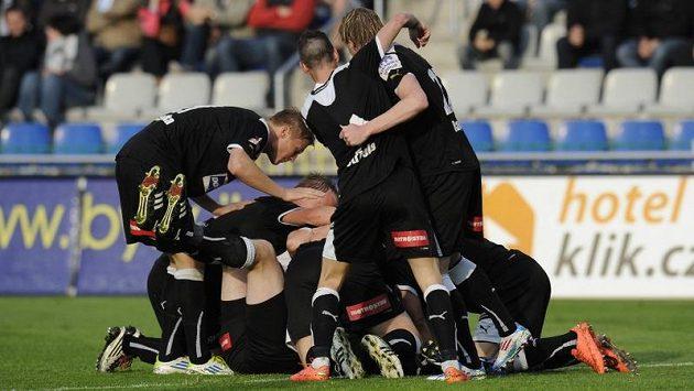Hráči Plzně se radují z gólu v Mladé Boleslavi.