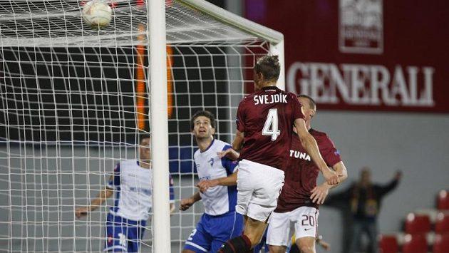 Sparťan Ondřej Švejdík takhle jistil třetím gólem vedení Letenských nad Šmonou v duelu Evropské ligy.