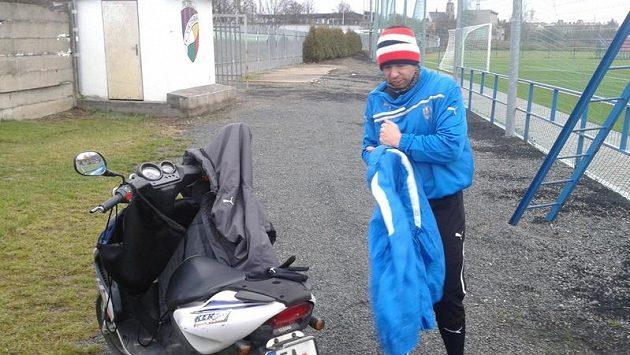 Kapitán Pavel Horváth dorazil se svým skútrem na úvodní letošní trénink Viktorie jako první.