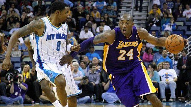 Kobe Bryant (vpravo) v utkání s New Orleans.
