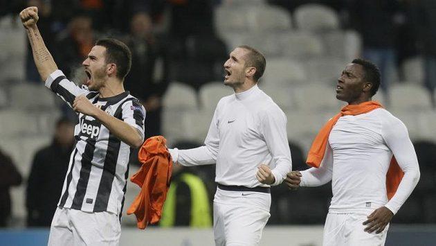 Juventus slaví! Zleva Leonardo Bonucci, Giorgio Chiellini a Kwadwo Asamoah nadchli i Pavla Nedvěda.