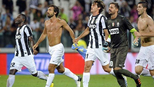 Fotbalisté Juventusu Turín oslavují ligovou výhru nad Parmou