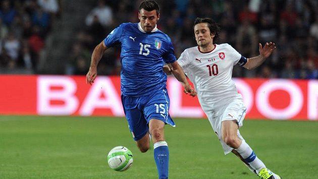 Italský obránce Andrea Barzagli (vlevo) v souboji s českým záložníkem Tomášem Rosickým.