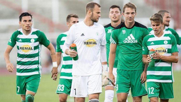 Fotbalisté Bohemians Roman Valeš, Lukáš Juliš a Filip Hašek po utkání 3. kola Fortuna ligy, které hosté vyhráli nad domácí Duklou 1:0