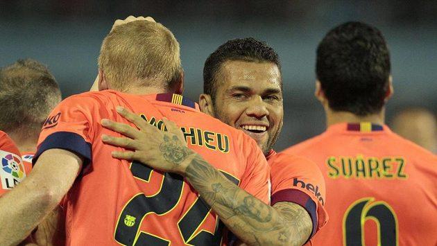 Dani Alves (uprostřed) zřejmě Barcelonu v létě opustí.