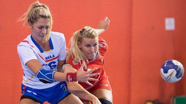 Česká házenkářka Helena Štěrbová (vpravo) a Bianca Del Balzová během kvalifikačního duelu s Itálií.