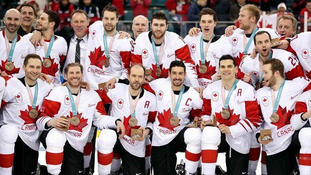 Kanadští hráči pózují s medailemi za třetí místo na olympijském turnaji, porazili Česko 6:4, Jandačův tým skončil čtvrtý.