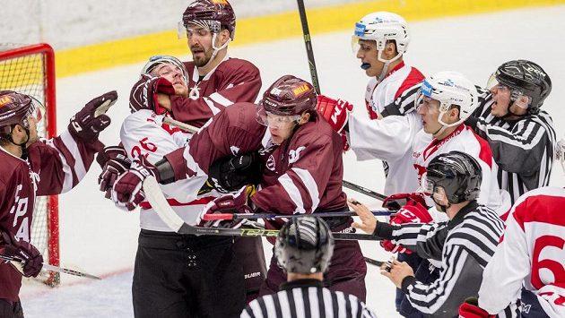 Rvačka mezi hokejisty Pardubic a Sparty na turnaji Mountfield Cup.