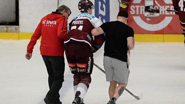 Zraněný Daniel Přibyl ze Sparty opouští led.