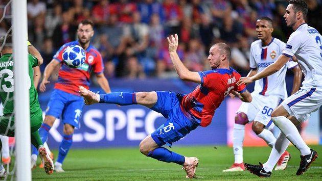 Plzeňský Michael Krmenčík střílí gól proti CSKA Moskva v úvodním utkání Ligy mistrů.