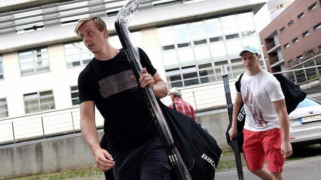 Sparťanští útočníci Daniel Přibyl (vpředu) a Jan Buchtele na loňském srazu hokejové reprezentace.