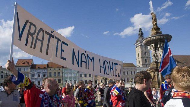 Hokejoví fanoušci českobudějovického klubu pochodovali centrem města s požadavkem zachování extraligy v Českých Budějovicích.