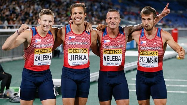 Čeští sprinteři Dominik Záleský, Jan Jirka, Jan Veleba a Zdeněk Stromšík se radují z národního rekordu na 4x100 metrů.