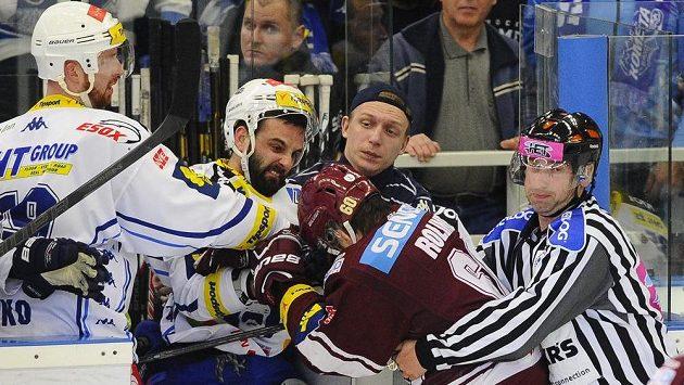 Brněnský útočník Tomáš Svoboda (druhý zleva) v potyčce se sparťanským forvardem Tomášem Rolinkem (třetí zleva).