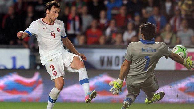 Italský brankář Gianiugi Buffon (vpravo) chytá obrovskou šanci Libora Kozáka.