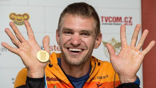 Ondřej Synek ze zlatou medailí z MS ve veslování.