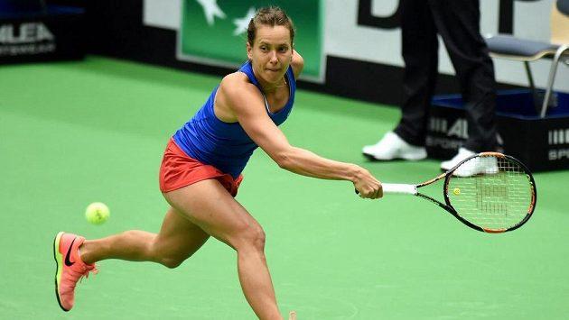 Česká tenistka Barbora Strýcová ve fedcupovém utkání proti Gabriňe Muguruzaové.
