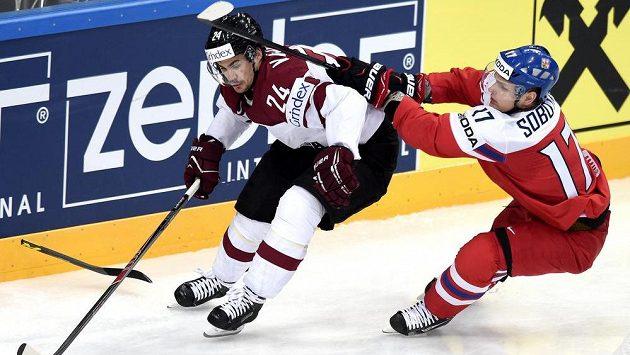 Vladimír Sobotka (vpravo) a Mikelis Redlihs z Lotyšska během utkání hokejového MS.