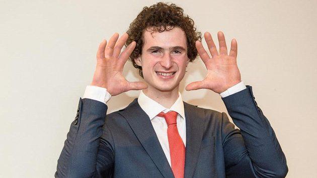 Silné prsty jsou základ lezení. Adam Ondra při slavnostním vyhlášení ankety Klubu sportovních novinářů Sportovec roku.