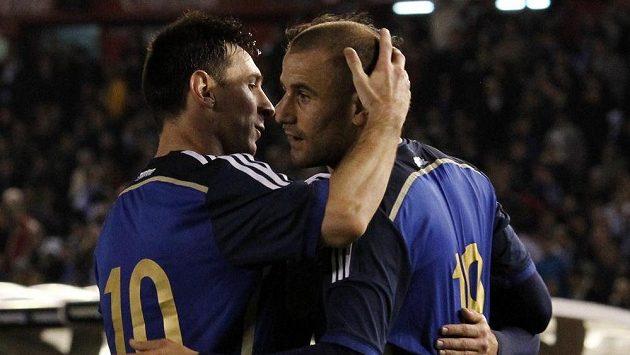 Argentinští útočníci Rodrigo Palacio (vpravo) a Lionel Messi.