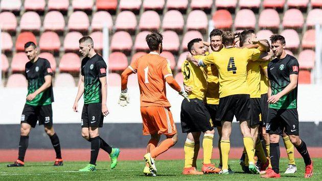 Fotbalisté Olympie oslavují vyrovnávací gól na 2:2 v 90. minutě utkání 22. kola Fortuna národní ligy.