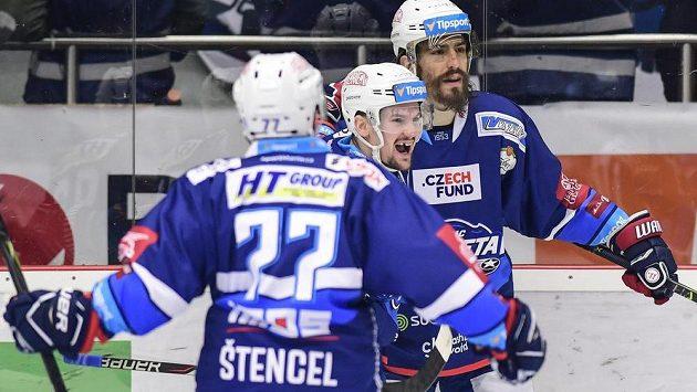 Brněnští hokejisté Jan Štencel, Petr Holík a Peter Mueller oslavují gól.