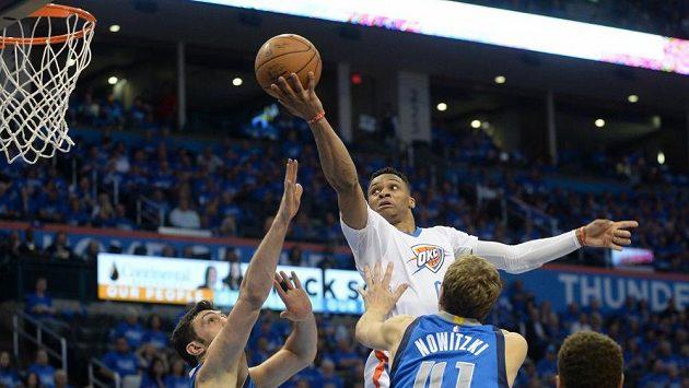 Basketbalista Russell Westbrook (v bílém dresu) v zápase proti Dallasu.