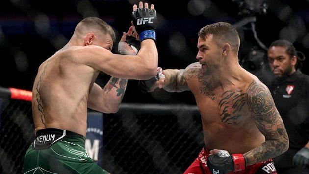 Dustin Poirier (vpravo) porazil na turnaji UFC 264 Conora McGregora.