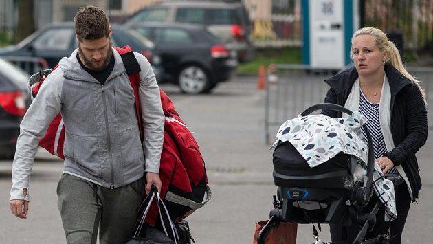 Hokejista Michal Jordán s partnerkou na srazu hokejové reprezentace v Tipsport Areně v Praze.