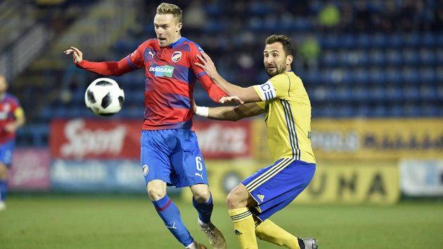Zleva Roman Procházka z Plzně a Petr Jiráček ze Zlína v utkání 18. kola první ligy.