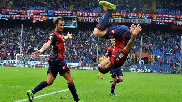 Záložník FC Janov Juraj Kucka (vpravo) slaví gól proti Veroně. Vlevo přihlíží jeho spoluhráč Alberto Gilardino.