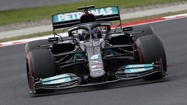 Lewis Hamilton vyhrál kvalifikaci na GP Turecka formule 1, kvůli trestu za výměnu motoru ale zahájí závod jedenáctý.